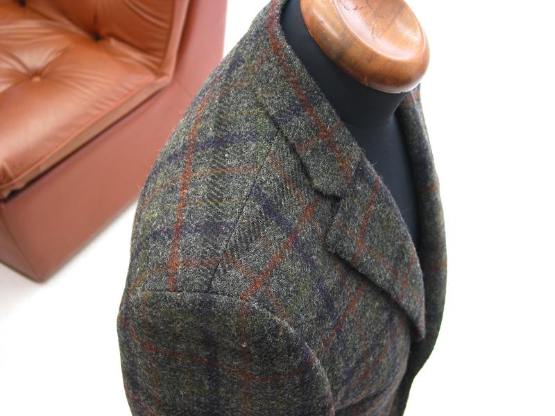 タイトスーツ+クラシコタイプのラペルのジャケットの肩線