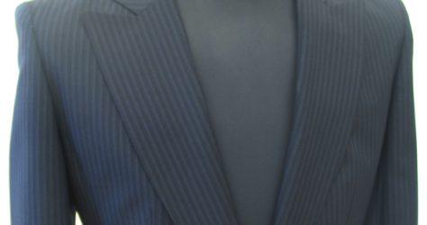 ショートタイトなレディーススーツ